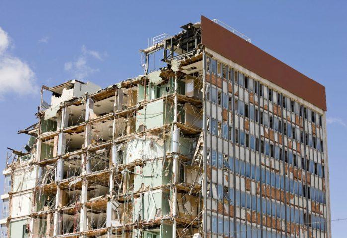 Systemmodernisierung ist nicht nur bei alten Gebäuden komplex. Manchmal hilft auch bei Software nur abreißen und neu machen.