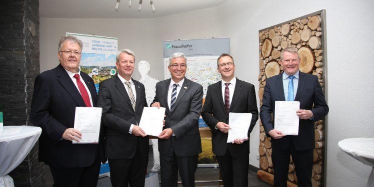Das Fraunhofer IESE, die Verbandsgemeinden Betzdorf-Gebhardshain, Eisenberg und Göllheim bekommen den Förderbescheid vom rheinland-pfälzischen Innenminister Roger Lewentz überreicht