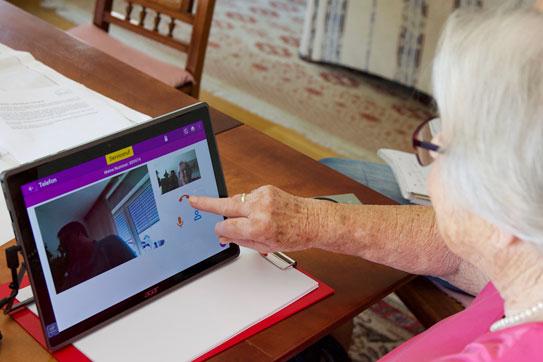 Ältere Dame benutzt ein Tablet