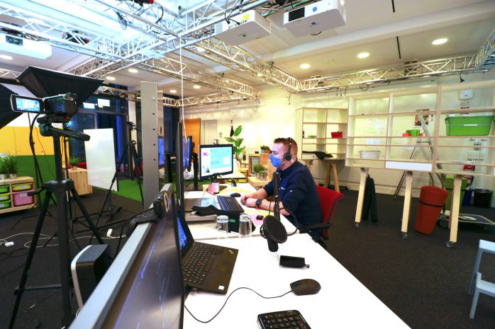 PFAFF HACK: Online-Hackthon für Klimaschutz (Phil vom Fraunhofer IESE-Orga-Team bedient den Computer, von dem aus der Hackathon-Livestream gesendet wurde)